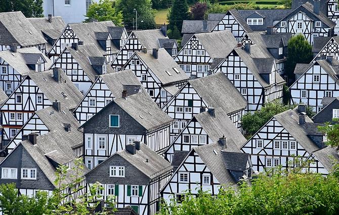 несколько домов с фахверками