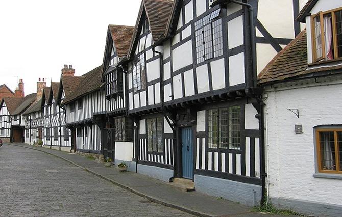 Ряд домов с фасадом в стиле фахверк