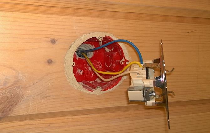 Установка розетки в деревянном доме