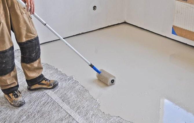Выравнивание базового покрытия пола игольчатым валиком