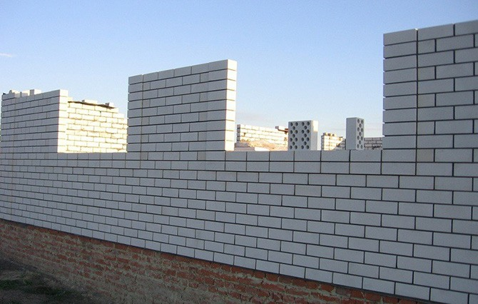 Стена из белого силикатного кирпича