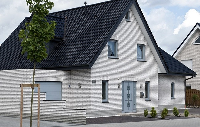 Жилой дом со стенами из кирпича